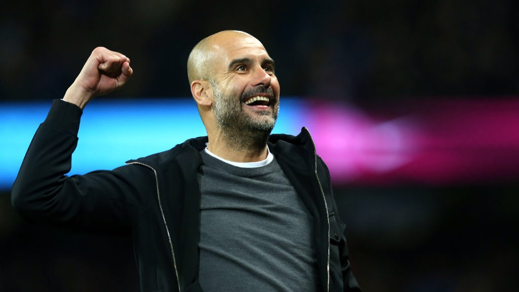 NO COMANDO: Guardiola celebra o terceiro do City