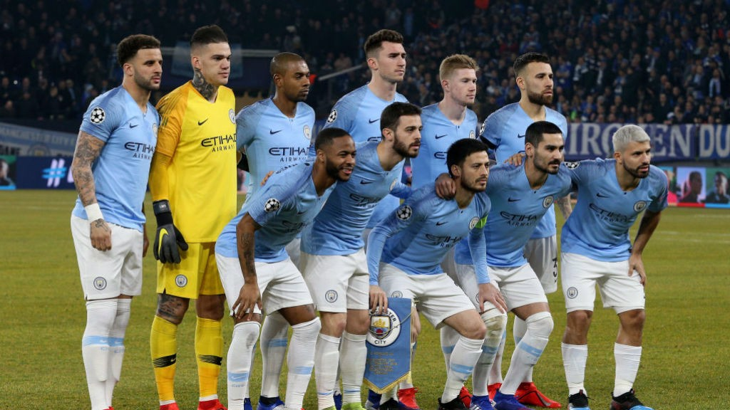Manchester City players have team photo before kick-off